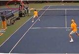 To dar nesate matę: teniso mače taškas pelnytas iš kito korto