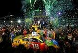 Ilgą nelaimėtų lenktynių seriją nutraukęs Kyle'as Buschas tapo NASCAR čempionu, dominavusiam M.Truexui lenktynes sugadino mechanikų klaida