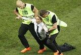 """Pasaulio čempionato finale į aikštelę įsiveržė keturi žmonės, atsakomybę prisiėmė ir reikalavimus iškėlė feministinė rusų grupė """"Pussy Riot"""""""