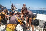 """Pavėlavo į startą, tačiau iškovojo trečiąją vietą – """"Ambersail 2"""" Antigvos buriavimo savaitę pradėjo su nuotykiais"""