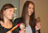 Universiados prizininkės L.Grinčikaitė ir E.Balčiūnaitė džiaugiasi iškovotais medaliais
