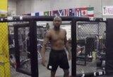 Į MMA narvą žengęs F.Mayweatheris sukėlė šurmulį žiniasklaidoje ir sulaukė C.McGregoro atsako