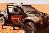 Atvira liepsna degusį automobilį užgesinę lietuviai neatmeta galimybės pratęsti Dakaro ralį