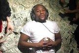 """F.Mayweatheris toliau """"taškosi"""" pinigais: striptizo klube į orą išmetė 50 tūkst. JAV dolerių"""