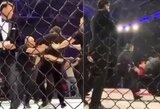 Pamatykite: po kontroversiškos MMA kovos Rusijoje fanai subėgo į narvą ir užpuolė teisėją