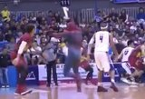 """Pamatykite: Filipinų lygos finale –""""Žmogaus voro"""" įsiveržimas į aikštę ir smūgis žaidėjui"""