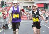 Neįtikėtina: 80-mečių pora vestuvių metines atšventė maratono finišo liniją kirsdami susikibę rankomis