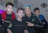 """UFC čempionas C.Nurmagomedovas negailėjo pagyrų vaiką be kojų aplankiusiam C.Ronaldo: """"Štai kodėl tu esi geriausias pasaulyje"""""""
