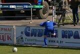 Turo epizodas Baltarusijos futbolo lygoje – reklaminiame stende įstrigęs žaidėjas