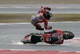 """Šlapiose """"MotoGP"""" lenktynėse – lyderio kritimas ir dramatiška M.Marquezo pergalė"""