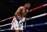 Kontraversiška kova dėl pasaulio čempiono diržo: A.Khanas neatsigavo po T.Crawfordo smūgio į tarpkojį