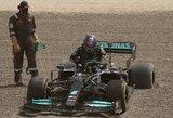 """""""F-1"""" bandymuose – žvyre įstrigęs ir priešpaskutinis likęs L.Hamiltonas bei greičiausiai važiavęs V.Bottas"""