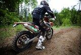 Motociklininkai bekelės varžybose atlieka dviejų žmonių darbą