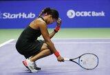 N.Osaka vėl pralaimėjo finaliniame WTA turnyre, bet jos viltis žengti tolyn išgelbėjo S.Stephens