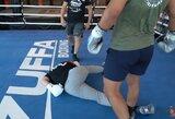 """""""Youtube"""" žvaigždės sparingas su UFC kovotoju baigėsi kritus veidu žemyn"""