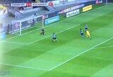 """Neįtikėtina: """"Eintracht"""" gynėjas vienas prie vartų sustabdė trijų varžovų išpuolį"""
