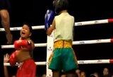 Muay Thai dvikova Tailande: maža mergaitė sumušė storuliuką berniuką, kuris net pravirko