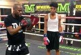 Pamatykite: po sukrėtimų atsigaunantis F.Mayweatheris bokso paslapčių mokė savo sūnų