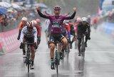 """I.Konovalovas per lietų finišavo pagrindinėje grupėje, jo komandos draugas penktajame """"Giro d'Italia"""" etape – trečias"""