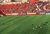 """""""Neymaro iššūkis"""": Meksikoje per rungtynių pertrauką prasidėjo itin juokingas sirgalių ridenimasis"""
