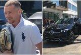 """Staigmena naujajam UFC čempionui Rusijoje – dovanų gavo """"Mercedes"""" automobilį"""