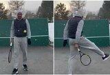 Po kelio operacijos atsigaunantis R.Federeris savo namo kieme pademonstravo įgūdžius
