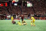 Pamatykite: futbolo rungtynėse JAV – žaidėjų vargas vandens apsemtoje aikštėje