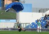 """Pamatykite: """"Inter"""" ir """"Sassuolo"""" rungtynių metu į aikštę nusileido...parašiutininkas"""