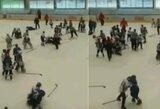Rusijoje – masinės 11-mečių ledo ritulininkų muštynės