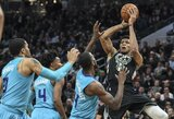 """NBA lyderė """"Bucks"""" prieš """"Hornets"""" išsikapstė tik paskutiniame kėlinyje"""