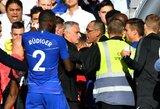 """Pamatykite: kontrolę praradęs J.Mourinho vaikėsi """"Chelsea"""" darbuotoją, teisėjas jam parodė raudoną kortelę"""