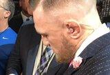 Per pirmą spaudos konferenciją C.McGregoras dėvėjo kostiumą su žinute F.Mayweatheriui