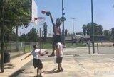 NBA naujokas tiesiog gatvės krepšinio aikštelėje pasityčiojo iš vaikų