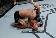 """""""UFC on ESPN 18"""": A.Smithas neužtruko nei 3 minučių ir privertė pasiduoti D.Clarką"""