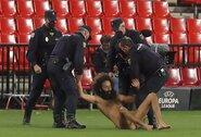"""Nuogas vyras 14 valandų slėpėsi stadione, kad išbėgtų į """"Man United"""" ir """"Granados"""" rungtynes"""