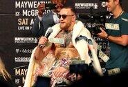 """D.Cormier: """"Žmonės to nepripažįsta, bet C.McGregoras UFC kovotojų algas pakėlė į visai kitą lygį"""""""