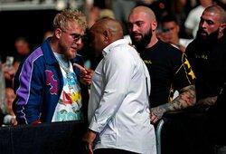 """UFC turnyro metu –sirgalių skanduotė J.Paului ir D.Cormier akistata su garsiuoju """"youtuberiu"""""""