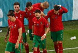 """Rungtynėse su Prancūzija į C.Ronaldo mestas """"Coca-Colos"""" butelis, į aikštę išbėgusį sirgalių sutramdė apsauginiai"""