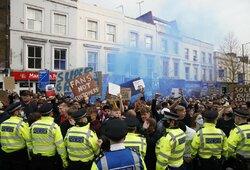 """Tūkstančiai sirgalių susirinko protestuoti prieš """"Chelsea"""" perėjimą į """"Superlygą"""""""