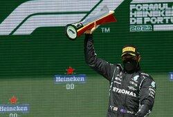 Portugalijoje – abu pagrindinius varžovus aplenkusio L.Hamiltono pergalė ir į komandos draugą atsitrenkęs K.Raikkonenas