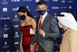 Kainos apakins: paskaičiavo, kiek kainuoja C.Ronaldo ir jo sužadėtinės papuošalai