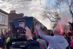 """""""Liverpool"""" fanai buteliais apmėtė """"Real"""" klubo autobusą ir išdaužė langą"""