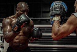 E.Holyfieldas grįžta į ringą: kausis su M.Tysoną nugalėjusiu airiu