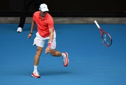 """Netikėtai kritęs D.Šapovalovas išsiliejo ant teisėjo, R.Federeris ketvirtame skirtingame dešimtmetyje pradėjo """"Didžiojo kirčio"""" turnyrą"""