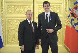 """Žmona užstojo JAV pilietybę gavusį J.Malkiną: """"Ar jis išsižadėjo Rusijos?"""""""