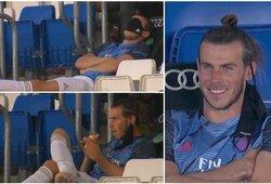 """Įspūdingą sumą už sėdėjimą ant suolo gaunantis G.Bale'as linksminasi: """"snaudė"""" užsidėjęs medicininę kaukę ant akių"""