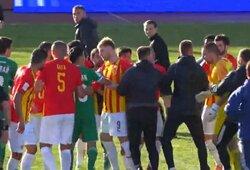 Rusijos futbolo treneriui gresia 2 metų diskvalifikacija: po rungtynių trenkė teisėjui