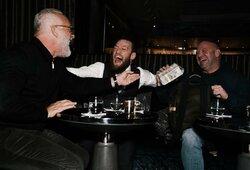 D.White'as C.McGregorui atnešė pilną kuprinę pinigų, atskleista, ką airis po kovos pasakė D.Cerrone'ui