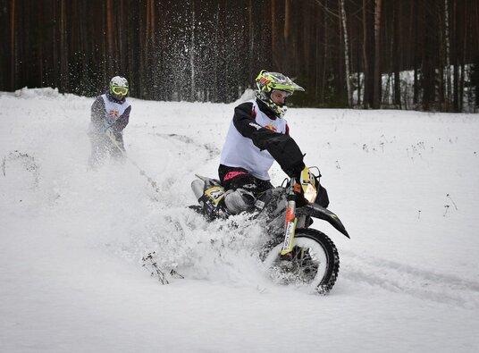 Mykolas Paulavičius ir Eimantas Budreckis skijoringo varžybose Latvijoje