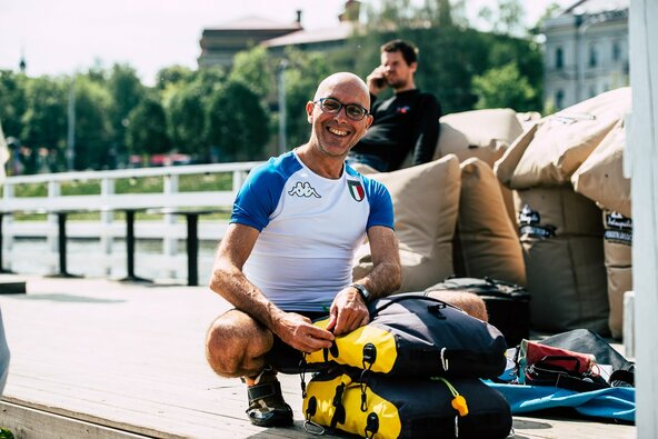 Nuotykių ieškotojas iš Italijos pasiryžo nuo Vilniaus iki Kauno nuplaukti irklente